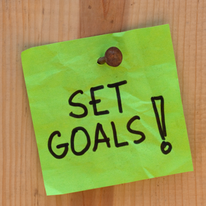 Green sticky note reading Set Goals!